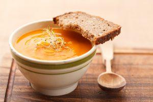 une soupe nourrissante pour les crudi-végétaliens