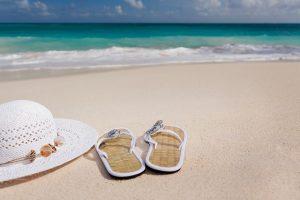 chapeau et tongs à la plage