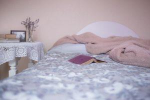 lit avec livre et couverture