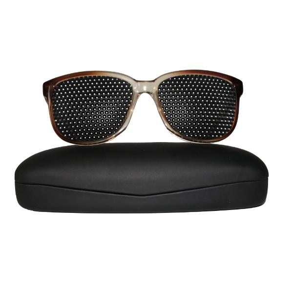 Exercices d'adaptation avec lunettes à trous